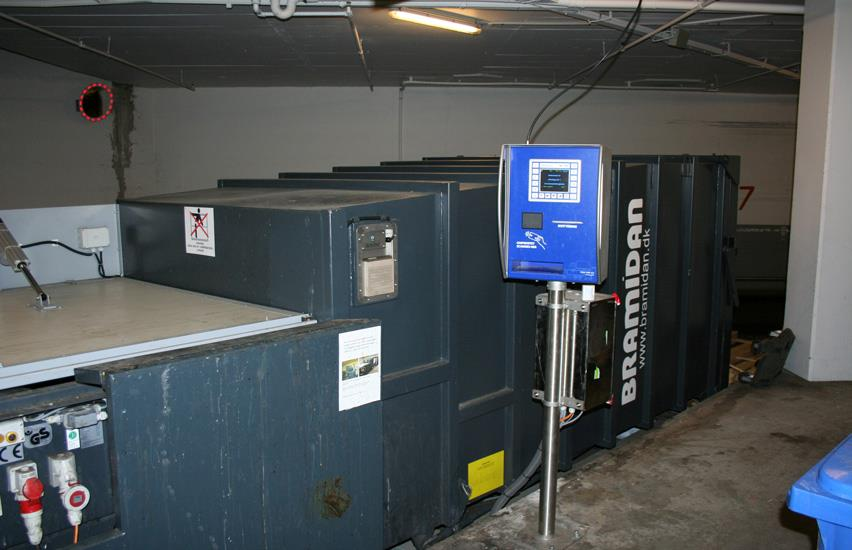 Compactor with weighing system standing in basement