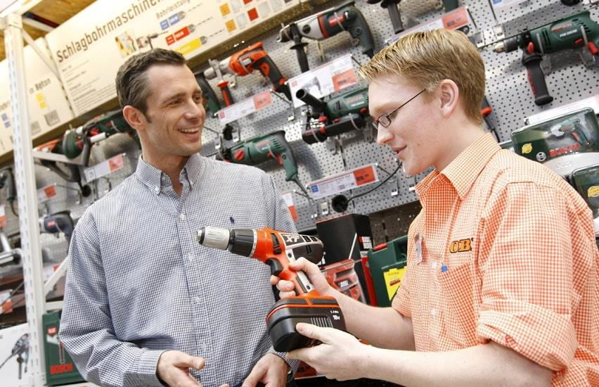 Customer is guided by an employee in the tool section of an OBI construction market