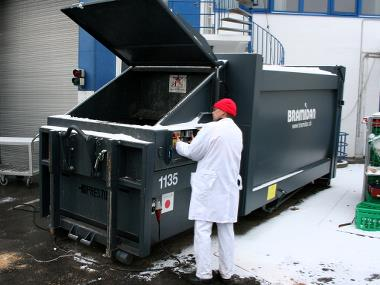 Genz Meat employer next to liquid-tight compactor from Bramidan